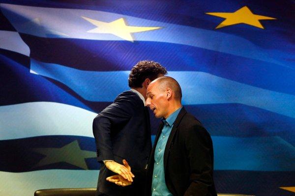 La poignée de main historique et ratée entre Varoufakis et Dijsselbloem. Source: Kostas Tsironis (Reuters)